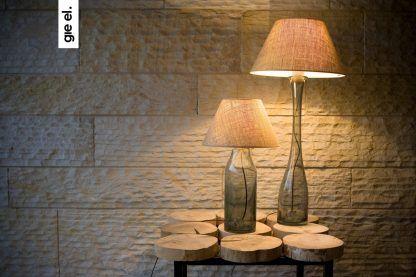 Szklane lampy na drewnianym stoliku w białym salonie
