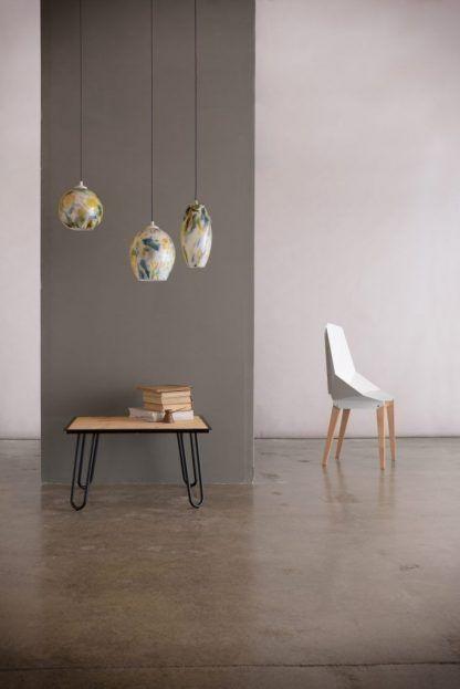 Szklane lampy w cętki na tle szarej aranżacji ścian