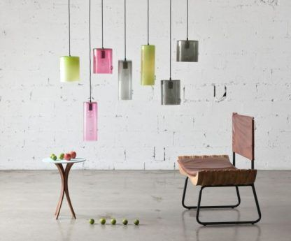 szklane lampy wiszące w neonowych kolorach