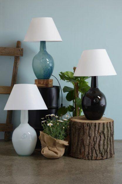 Szklane różnokolorowe lampy w tle niebieskie ściany