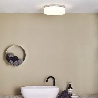 Szklany klosz lampy w aranżacji beżowej łazienki