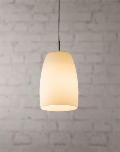 szklany klosz lampy wiszącej na ceglanej ścianie - biała