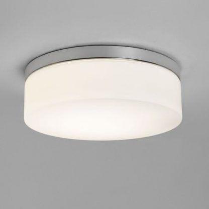 Szklany klosz lampy ze srebrną podstawą do łazienki