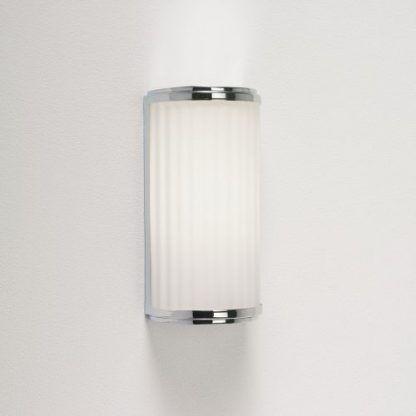 szklany półokrągły kinkiet ze szkła w prążki