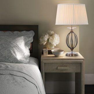 tkany abazur na lampie stołowej na szafce nocnej - sypialnia