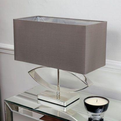 tramini srebrna lampa stołowa w salonie