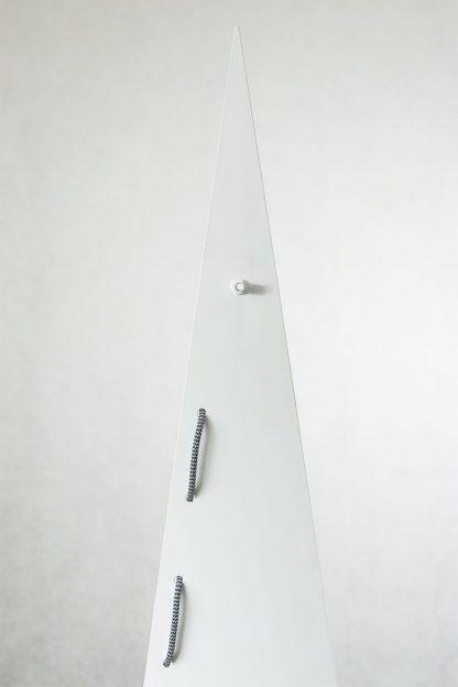Trójkątna biała lampa z czarno białym kablem salon
