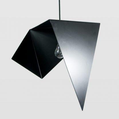 trójkątna lampa wisząca z blachy czarnej malowanej