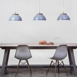 trzy lampy wiszące nad stołem w kolorze szarym w salonie