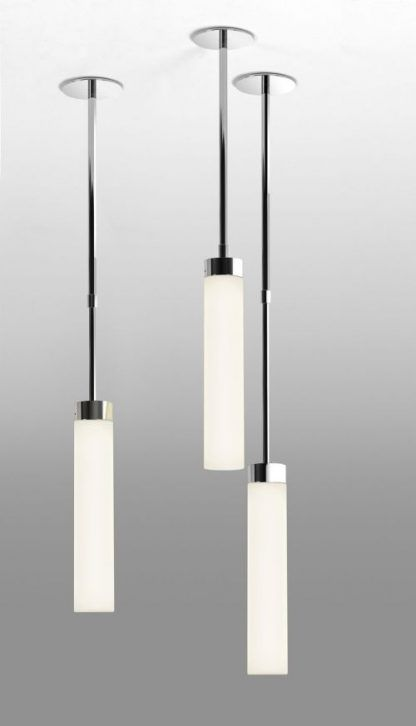 trzy lampy wiszące w łazience tuby na srebrnych zawieszeniach
