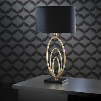 vilana złota lampa stołowa na czarnej ścianie