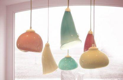 wiele lamp szklanych obok siebie kolorowych