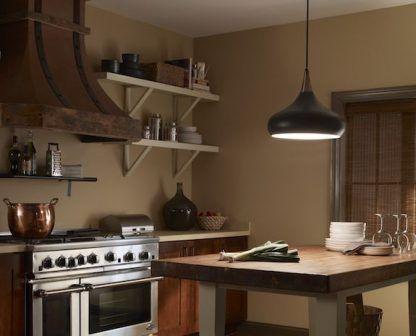 wisząca lampa nad stołem drewnianym w kuchni - czarna
