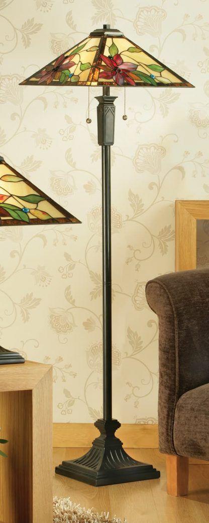 witrażowa lampa podłogowa w beżowym salonie