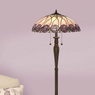 witrażowa lampa podłogowa w pastelowym salonie