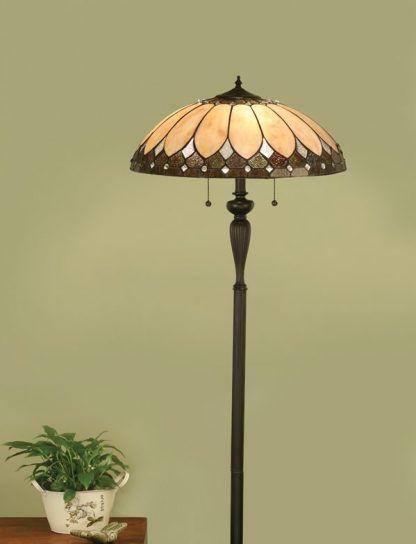 witrażowa lampa podłogowa w zielonym salonie