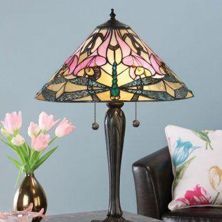 witrażowa lampa stołowa na błękitnym tle do salonu