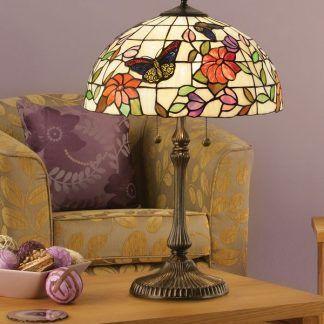 witrażowa lampa stołowa w fioletowym salonie