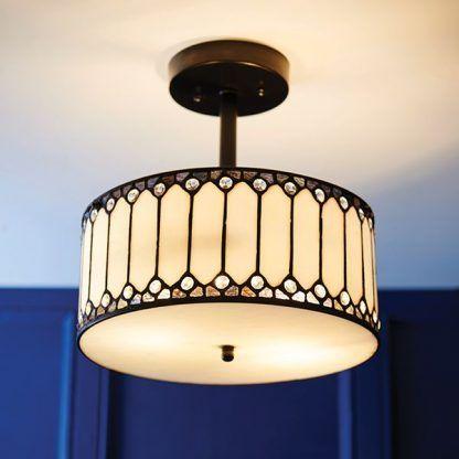 witrażowa lampa sufitowa na ciemnej ścianie