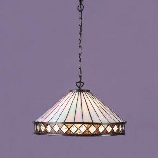 witrażowa lampa wisząca na fioletowej ścianie