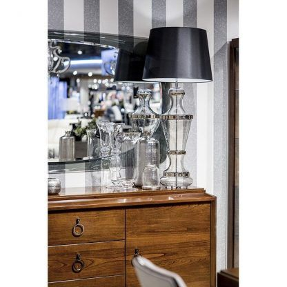 wysoka lampa stołowa na drewnianej komodzie aranżacja