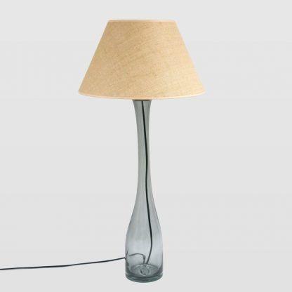 Wysoka smukła lampa stołowa z beżowym abażurem