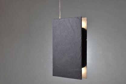 zapalona lampa z kamienia - wiszące płytki nad stół