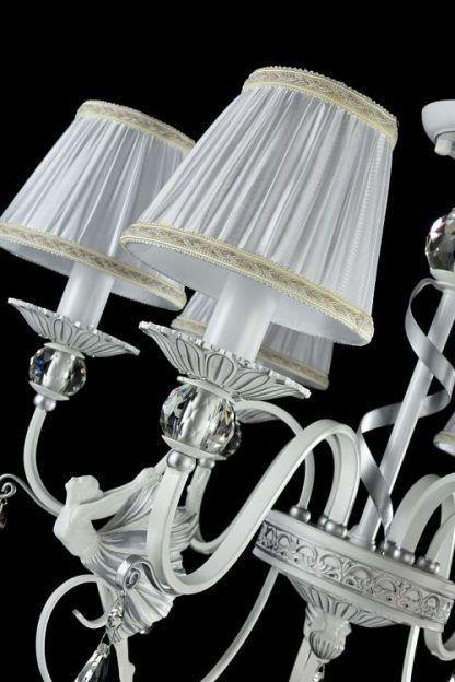 zbliżenie żyrandola z abażurami - świeczniki