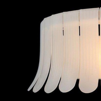zdobiona lampa - delikatne płatki i abażur