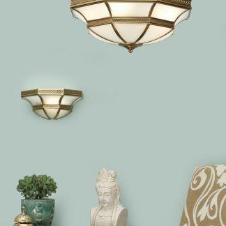 zestaw lamp z mlecznego szkła w złotych oprawach