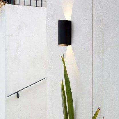 zewnętrzny czarny dekoracyjny kinkiet na elewację domu