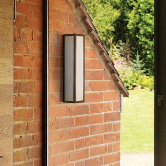 zewnętrzny prostokątny kinkiet na elewację domu - czerwona cegła