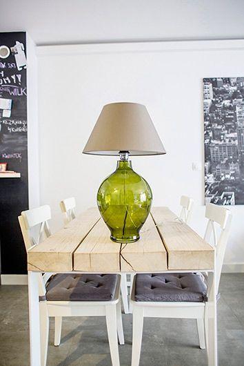 zielona lampa stołowa pasująca do drewna w jadalni