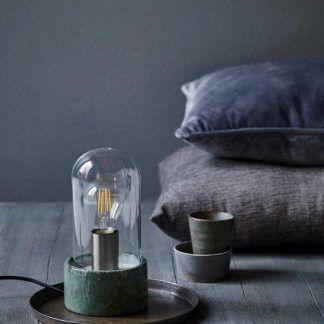 zielona lampa stołowa ze szklaną osłonką aranż