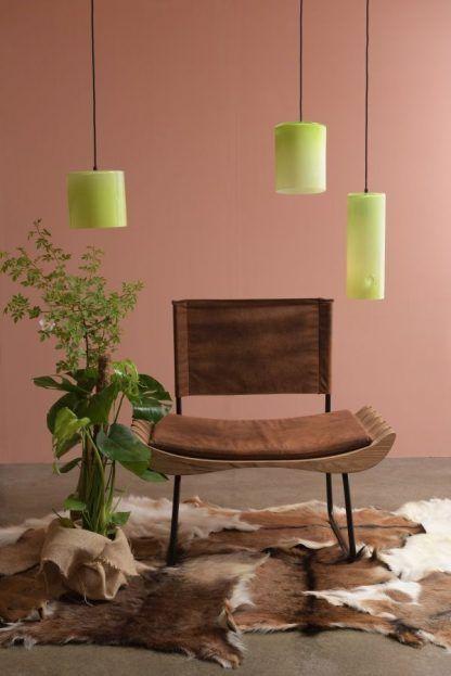 zielone lampy na pomarańczowej ścianie
