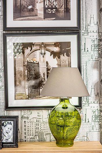 zielonkawa lampa stołowa w salonie - aranżacja z abażurem