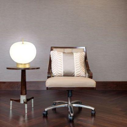 Złota lampa na drewnianym stole szklany klosz
