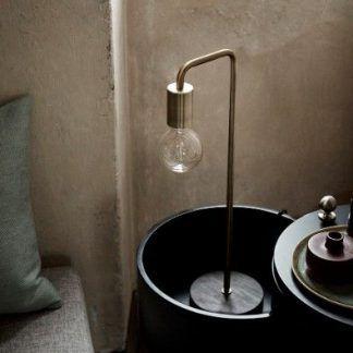 złota lampa stołowa do surowych wnętrz industrialnych