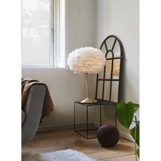 złota lampa stołowa na stalową szafkę