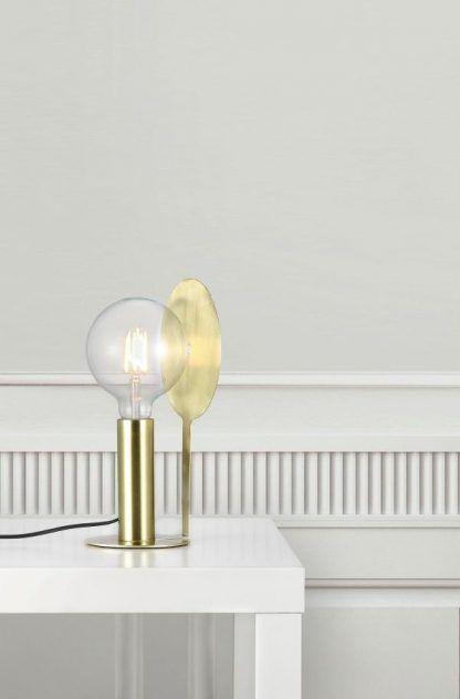 Złota lampa stołowa w białej aranżacji wnętrz
