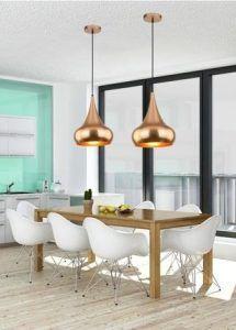 złota lampa wisząca do białej kuchni aranżacja