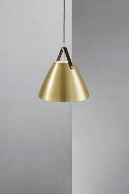 złota lampa wisząca w stylu skandynawskim do szarych ścian w salonie