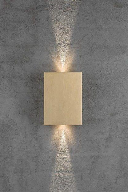 złoty kinkiet zewnętrzny na betonową ścianę domu