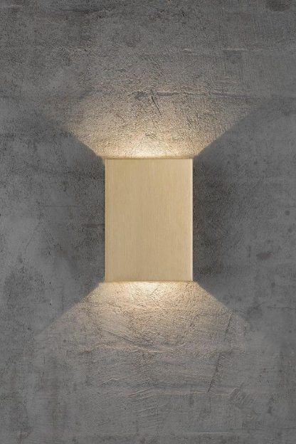 złoty prostokątny kinkiet na ścianę budynku