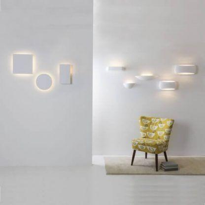 żółty fotel i kinkiety - oświetlenie salonu
