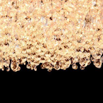 Zwisające łańcuszki kryształków w lampie do salonu
