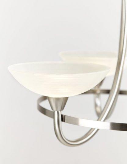 żyrandol srebrny z białymi otwartymi kloszami