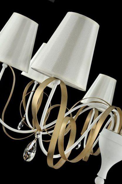 żyrandol ze złotymi zdobieniami i białymi abażurkami