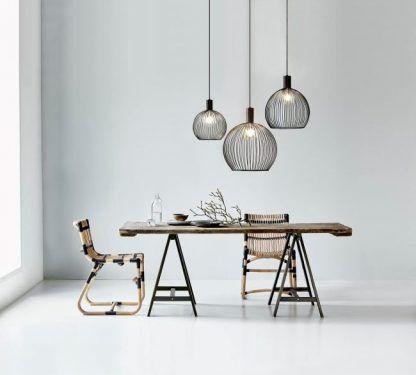 aranżacja lamp wiszących drucianych nad stołem w salonie