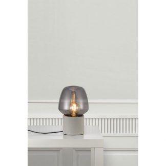 aranżacja lampy stojącej na stole - szare szkło